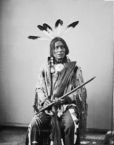 Native American Indian Pictures: Yankton Sioux Indian Warriors and Medicine Men with Feathered Headdress Native American Regalia, Native American Pictures, Native American Beauty, Indian Pictures, Native American History, Indian Pics, American Symbols, Native Indian, First Nations