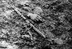 Die furchtbare Bilanz des Ersten Weltkriegs: etwa 8,5 Millionen Gefallene, mehr als 21 Millionen Verwundete und fast acht Millionen Kriegsgefangene und Vermisste, dazu unzählige traumatisierte Menschen. Im Bild: Hand eines unbekannten Soldaten an der Westfront.