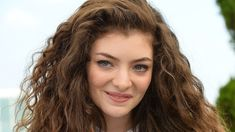 How tall is Lorde height? How old is Lorde age, What's her net worth, father, and mother? Is he married, does she have children? Liability Lorde, Is He Married, Edgy Teen, Janis Joplin, Amanda Seyfried, Tips Belleza, Height And Weight, Celebs, Celebrities