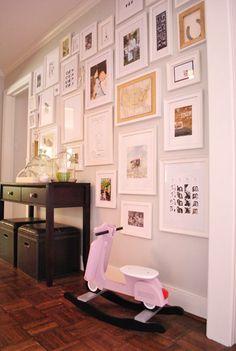 multiple frames wall / all same color frame