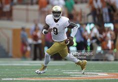 News Photo : Malik Zaire of the Notre Dame Fighting Irish runs...