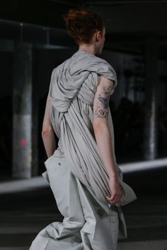 Visions of the Future // Rick Owens Spring 2017 Menswear Fashion Show Details Dark Fashion, High Fashion, Fashion Show, Mens Fashion, Fashion Tips, Fashion Details, Timeless Fashion, Fashion Design, Vogue Paris