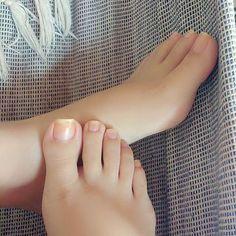 Sem soninho 😒😔 Pretty Toe Nails, Pretty Toes, Feet Soles, Women's Feet, Foot Pics, Barefoot Girls, Feet Nails, Beautiful Toes, Cute Toes