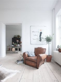 "ahhh la la: A french apartment in Denmark Club ""moustache"" My Living Room, Home And Living, Living Spaces, Home Interior, Living Room Interior, Bathroom Interior, Interior Design Inspiration, Home Decor Inspiration, French Apartment"