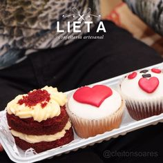 Mini bolo red velvet e cupcakes decorados. #lietaconfeitaria #confeitaria #diadosnamorados