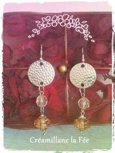 Une envie de Boucles d'Oreilles et hop hop hop les voici !!! Des breloques en métal argenté, des perles couleur ambre et le tour est joué !!!