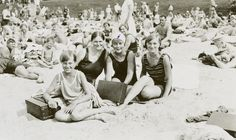 Beach life in Helsinki (Finland). Töölön hiekkaranta on juuri avattu. Old Photos, Vintage Photos, History Of Finland, Vintage Bathing Suits, Strange Photos, Historical Pictures, Helsinki, Beautiful Moments, 1930s