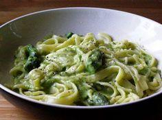 Ecco per voi una ricetta facilissima e veloce per preparare la pasta con gli asparagi, noi li faremo semplicissimi ma potete aggiungere anche cozze, gamberetti o pancetta.