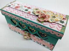 caixa mdf decorada com papeis decorados, adesivos foil e flor artesanal rosas