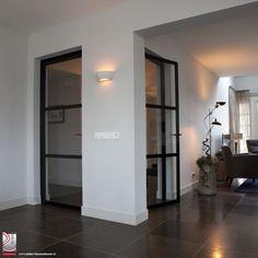 In Ederveen hebben we een woning mogen voorzien van twee enkele deuren van staal. De stalen deuren hebben elk een drie vakverdeling met ramen van veiligheidsglas.