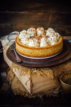 If you are a coffee lover, take your caffeine addiction to a whole new level with this cheesecake. A simple cookie crust with a creamy coffee spiked f Sopapilla Cheesecake, Coffee Cheesecake, Cheesecake Desserts, Flan, Delicious Desserts, Dessert Recipes, Dessert Food, Yummy Food, Osvaldo Gross