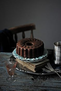 Chocolate cake with a delicious, smooth and velvety ganache   Full recipe. Scroll down for recipe in English.