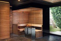 Die dunkle Schöne - Privatspa mit Sauna in edler Thermoesche und Glas mit schwarzem Siebdruck.