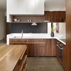 """""""Contraste de branco com madeira deixam a cozinha mais sofisticada por AM Architecture (www.inandoutdecor.com.br) #inandoutdecor White contrast with wood…"""""""