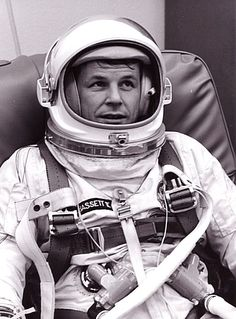 Charlie Bassett in Gemini 9 prime crew training Project Gemini, American Space, Space Outfit, Nasa History, Major Tom, Space Rocket, Nasa Astronauts, Space Program, Space Exploration