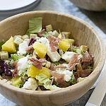 Salade van serranoham en ananas met mozzarella
