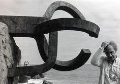 """Eduardo Chillida en """"El Peine del Viento"""" (foto Heinz Hebeisen)."""