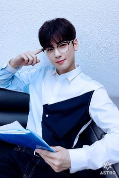 "ASTRO's Cha Eun Woo isn't called ""The Visual God"" for no reason. He's so good looking that every photo deserves a look twice over! Asian Actors, Korean Actors, Kpop, Chanyeol, Park Jin Woo, Cha Eunwoo Astro, Lee Dong Min, Astro Fandom Name, Korea"