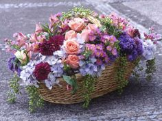 ) Mothers Day Flowers, May Flowers, Silk Flowers, Beautiful Flowers, Country Table Settings, Sympathy Flowers, Flower Crafts, Flower Basket, Flower Designs
