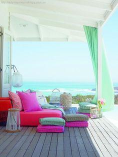 Tende, cuscini e colori in riva al mare. Per chi è così fortunato da avere una location del genere, o per chi vuole ricrearne l'atmosfera :)