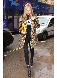 KATE MOSS LOOK DE STAR ROCK Total look black et manteau imprimé panthère, Kate Moss est fidèle à elle même avec ce look rock mais glamour.