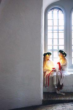 Det kalla golvet i kyrkan, stearinet som fastnar i håret, den vita klänningen och det röda bandet
