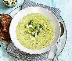 Slurp, slurp! En krämig broccolisoppa brukar vara poppis både bland barn och vuxna. Här får broccolin sällskap av söt palsternacka. Extra lyxig blir soppan med ädelost som får smälta ner. Toppa med räkor och rom om du vill festa till den ytterligare! Baby Food Recipes, New Recipes, Soup Recipes, Vegetarian Recipes, Cooking Recipes, Recipies, Good Food, Yummy Food, Veggie Soup
