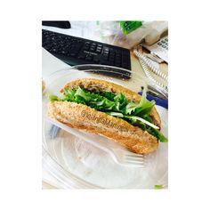 Paninazzo con insalata accompagnato da una gustosa ricottina magra magra come me 😂😂😂  Buon pranzo bella gente 😋