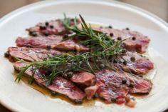 Amici a cena? Dalla cucina toscana, la tagliata di manzo pepe e rosmarino. | Weddings Luxury
