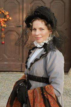 Шляпка черная бархатная на проволочном каркасе *pretty trims on the collar and belt of her pelisse*