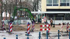 Reconstructie stationsgebied in Den Helder: De mannen van Ooms infra zijn goed bezig! (y) Man met de helm op rechts op de foto achter een trilplaat! ;) M.B.V. een trilplaat wordt de grond ingeklinkt! ;) © Klaas Otten || BOUWfotografie.eu