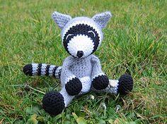 Cleo - free crochet Racoon pattern in English and German by Stephanie Koras / Stephis Koestlichkeiten