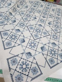 White Crosses, Bargello, Cross Stitch Designs, Cross Stitching, Embroidery Stitches, Needlework, Blue And White, Quilts, Blanket