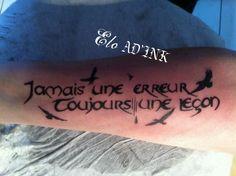tatouage personnalisé phrase et vol de corbeaux pas par Elo AD'INK Tattoo Studio