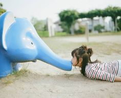 This girl kisses things in adorable 'Kiss Me Please' photo series, created by her father and photographer Nagano Toyokazu Cute Little Girls, Cute Kids, Cute Babies, Kids Cast, Desu Desu, Cute Japanese Girl, Japanese Style, Kawaii, Nagano