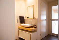 廊下に対してオープンに設置した洗面台。玄関も近く、帰宅後はすぐに手を洗えて便利ですね。#U様邸菊名 #洗面台 #オープン #水栓 #インテリア #EcoDeco #エコデコ #リノベーション #renovation #東京 #福岡 #福岡リノベーション #福岡設計事務所 Double Vanity, Bathroom Lighting, Mirror, Furniture, Home Decor, Bathroom Light Fittings, Bathroom Vanity Lighting, Decoration Home, Room Decor