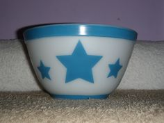 Has stamped on the bottom as well as the trademark Pyrex logo. Vintage Pyrex Dishes, Antique Dishes, Vintage Bowls, Vintage Kitchenware, Vintage Glassware, Or Antique, Vintage Love, Vintage Items, Vintage Stuff