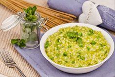 Il risotto con piselli e menta, mantecato con crescenza, è un primo piatto primaverile dal sapore fresco e molto delicato.