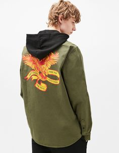 Koszula wierzchnia z kapturem i nadrukiem na plecach.  Odkryj to i wiele innych ubrań w Bershka w cotygodniowych nowościach