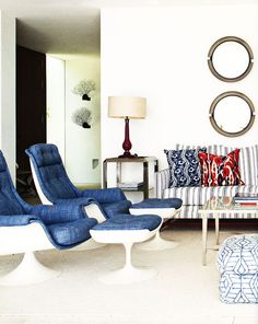 Ikat pillows, mid-century chairs covered in denim, and echoing sets of ferns and mirrors. Thanks @eclecchic from AD Spain.