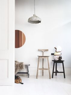 Minimal effert, maximum effect! This uber paired back entrance hall is a welcome calm to come home to. Image : Livingetc