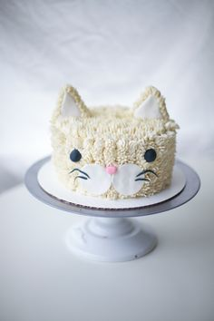 Well heeeeyyyy cat buddy! Aren't you just a fluffy and friendly looking cool little cat! I loved this sweet and cute vanilla buttercream frosted cat cake pal I made for...