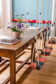 Balançoire en bois à motif fleuri dans la salle à manger