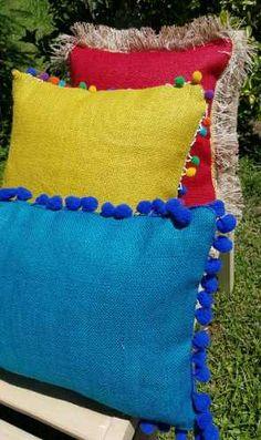 Almohadones De Arpillera De Color Throw Pillows, Crafts, Burlap Throw Pillows, Embroidered Pillows, Pom Poms, Dressmaking, Colors, Hipster Stuff, Toss Pillows
