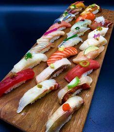 Sushi me rollin. Sushi Co, Sashimi Sushi, Japanese Food Sushi, Sushi Party, Sushi Time, Burger, Food Cravings, Food Plating, Food Photography