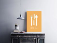 """Placa decorativa """"Let's Eat""""  Temos quadros com moldura e vidro protetor e placas decorativas em MDF.  Visite nossa loja e conheça nossos diversos modelos.  Loja virtual: www.arteemposter.com.br  Facebook: fb.com/arteemposter  Instagram: instagram.com/rogergon1975  #placa #adesivo #poster #quadro #vidro #parede #moldura"""