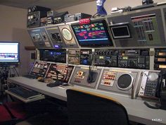 Nice Looking Ham Radio Shack! < looks more like the bridge setup from Star Trek!