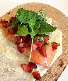 This Salt Roasted Salmon with Strawberries and Arugula is such a great easy recipe. Perfect for #WeekdaySupper