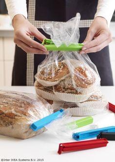 Prăjiturile rămân proaspete mai mult timp dacă le păstrezi în pungi sigilate cu cleme speciale.  www.IKEA.ro/cleme_BEVARA