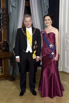 Tasavallan presidentti Sauli Niinistö ja puoliso Jenni Haukio poseeraavat ennen itsenäisyyspäivän vastaanottoa Linnan juhlissa Presidentinlinnassa Helsingissä sunnuntaina 6. joulukuuta 2015.